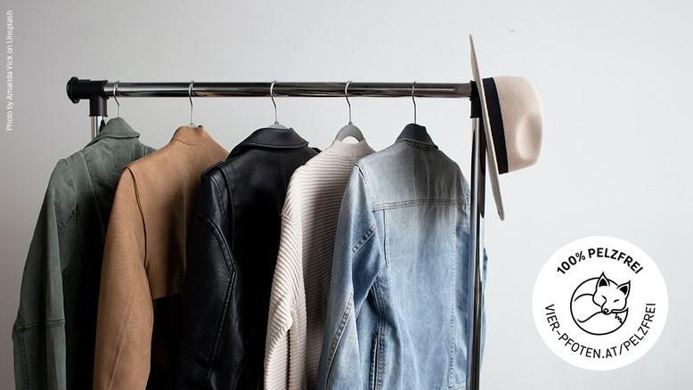 Fur Free Retailer Logo neben Kleiderstange