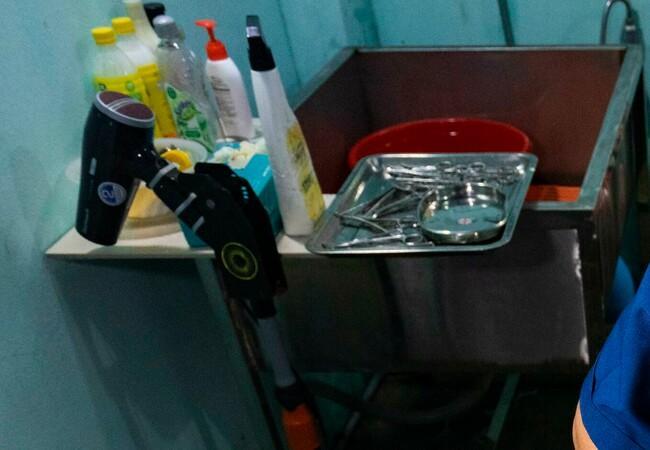 Kat op operatietafel in Vietnam met armen van twee zorgverleners