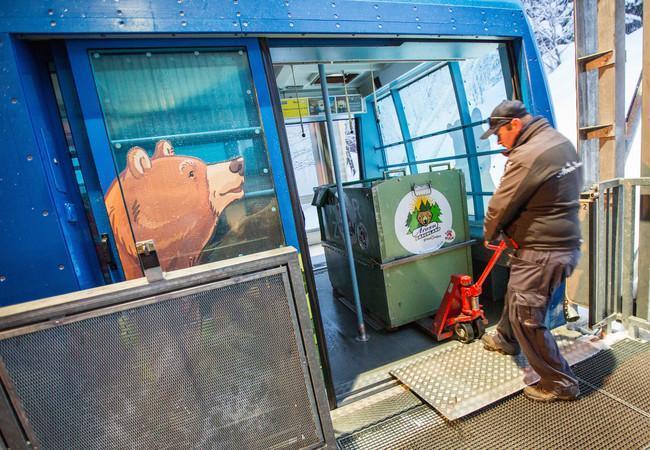 Die Transportbox wird aus der Gondelbahn ausgeladen