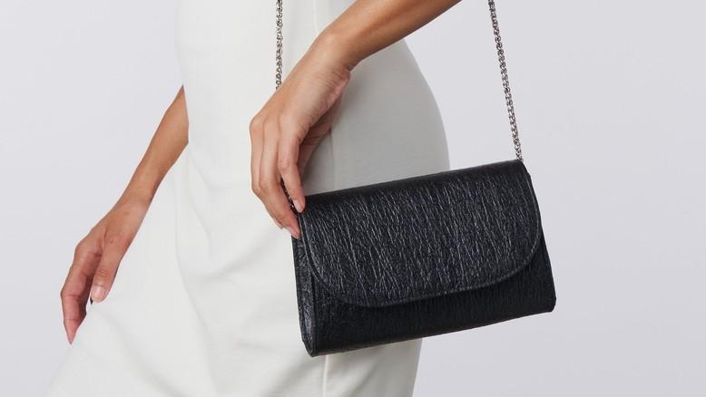 Pinatex-Handtasche des Modeunternehmens SVALA. Leder aus Ananasabfällen und anderen Abfallmaterialien wird immer beliebter!