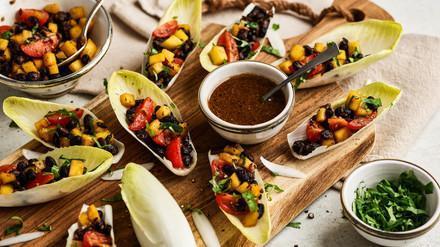 Fingerfood: Schwarzbohnen-Salat in Chicorée Blätter
