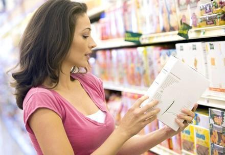 Frau überprüft Kennzeichnung auf Verpackung