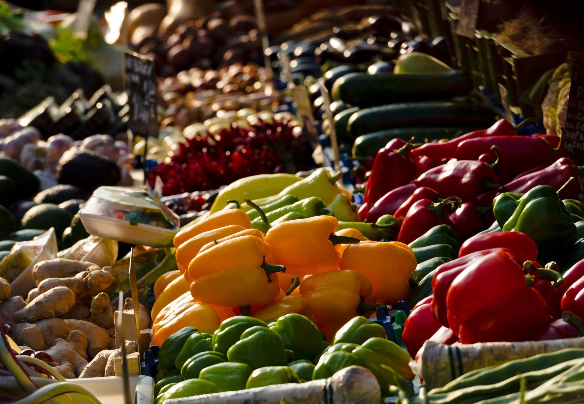 Gemüse und Obst in der Auslage auf dem Markt