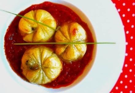 Kartoffelnester mit Pilz- und Kohlfüllung in Wein-Tomatensauce (vegan)