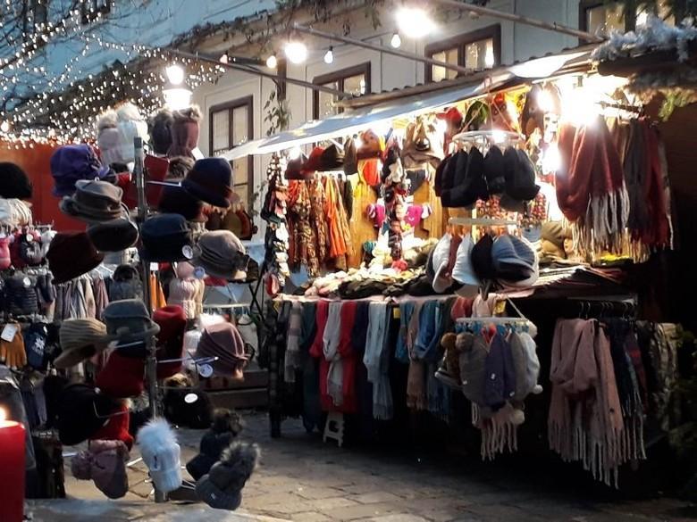 Weihnachtsmarkt in Wien mit Pelzhauben (c) VIER PFOTEN