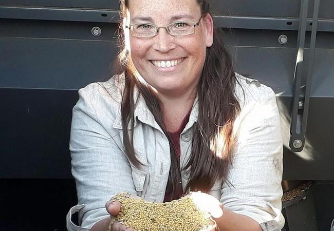 Ivonne Kostross mit Senfkörnern