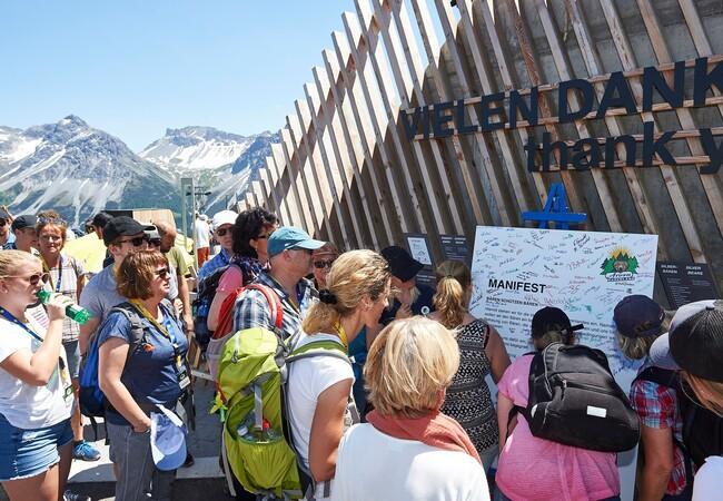 Die Besucher unterschreiben das Manifest