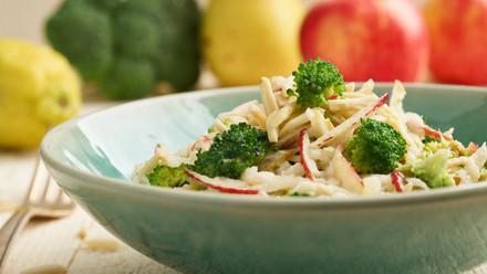 Rohkostsalat mit Brokkoli, Apfel und Birne
