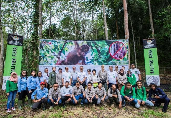 Group photo at the opening ceremony, with joint teams of BKSDA Saminda, Balitek KSDA Samboja, Yayasan Jejak Pulang and representatives from FOUR PAWS