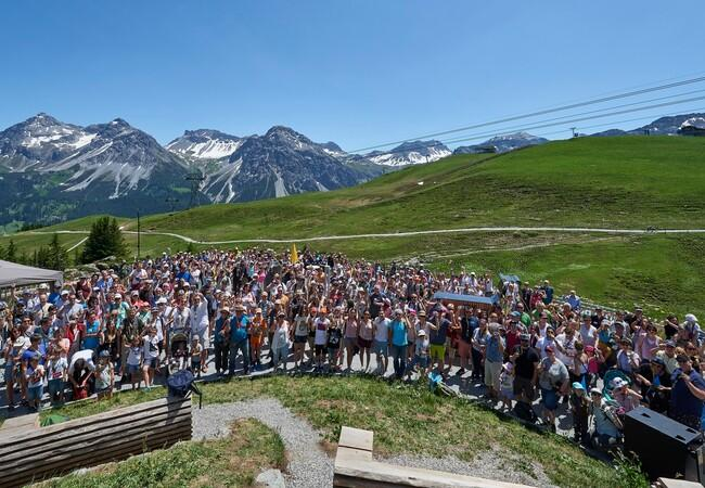 Besucher im Arosa BÄRENLAND mit Bergpanorama
