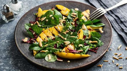 Blattsalat mit gegrillter Mango an Mandeldressing