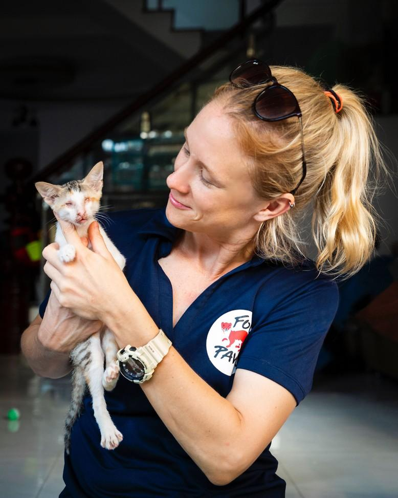 Tierärztin Ktherine Polak mit kleiner Katze bei VIER PFOTEN Einsatz in Vietnam