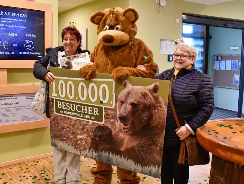 Diese glücklichen Besucherinnen brachen den Rekord