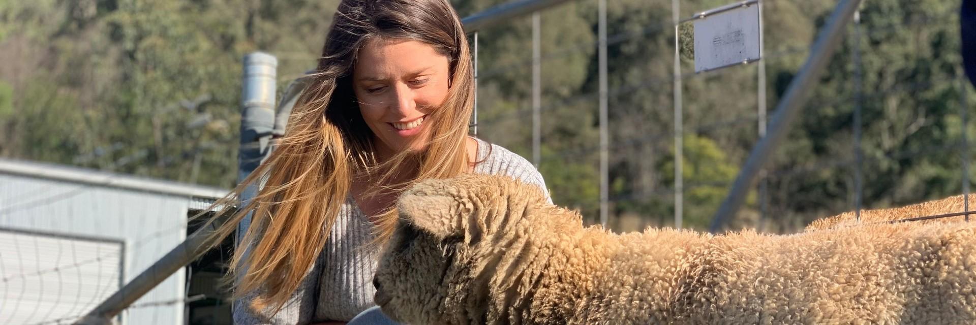 Une femme avec un mouton