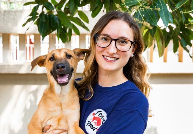 Un membre de l'équipe de QUATRE PATTES et un des chiens sauvés