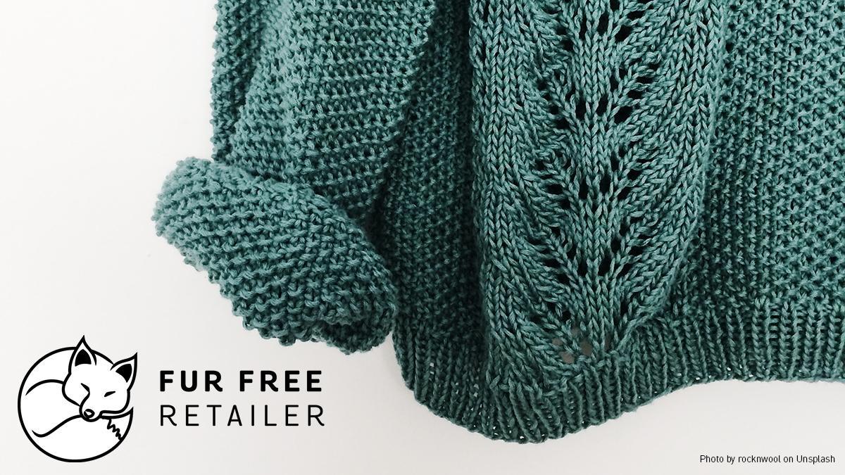 Fur Free Retailer Logo platziert neben einem Strickpullover.