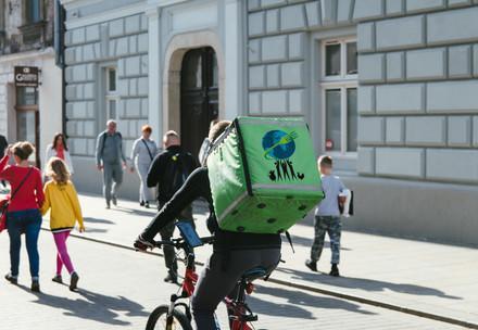 Un livreur en vélo dans le centre ville