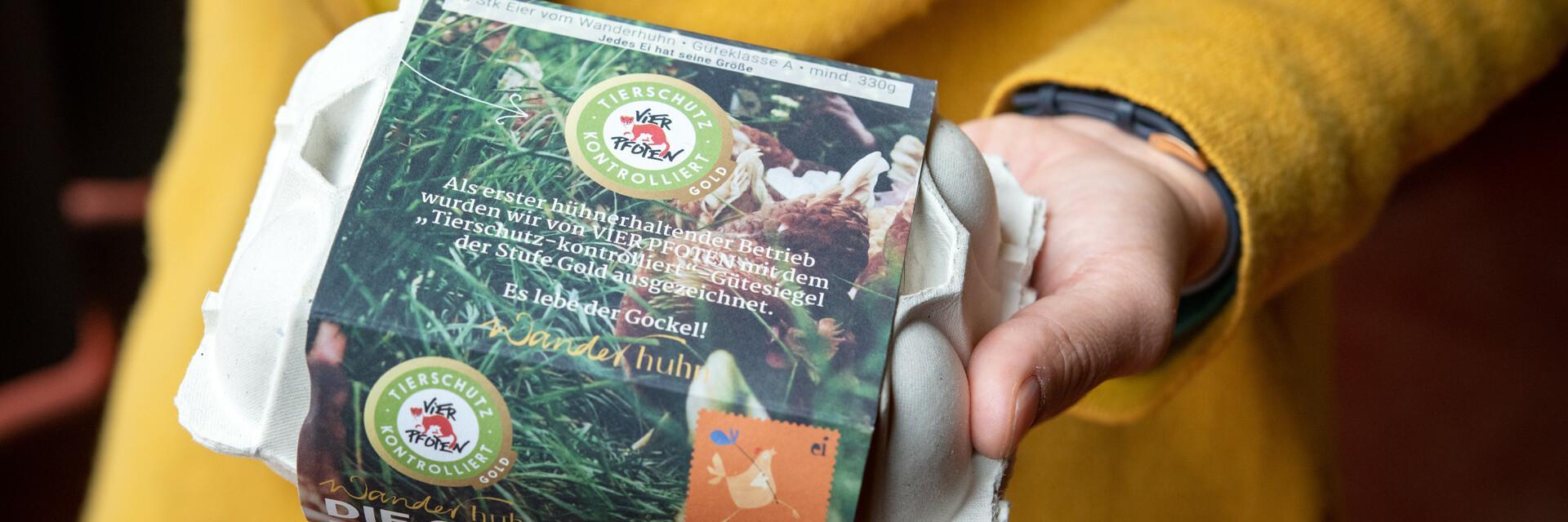 """Eine Verpackung von Eiern der Marke Wanderhuhn mit dem """"Tierschutz kontrolliert"""" Gütesiegel"""