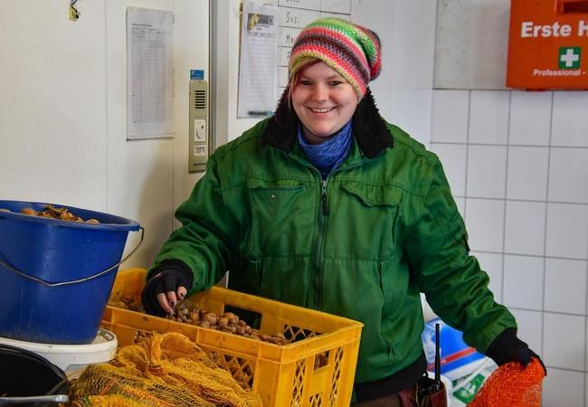 Tierpflegerin Bianca freut sich über die vielen Nüsse.