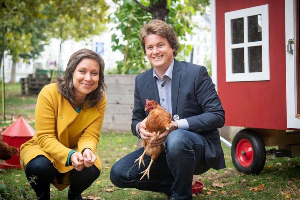 """Das """"Tierschutz kontrolliert"""" Team mit einem Huhn"""