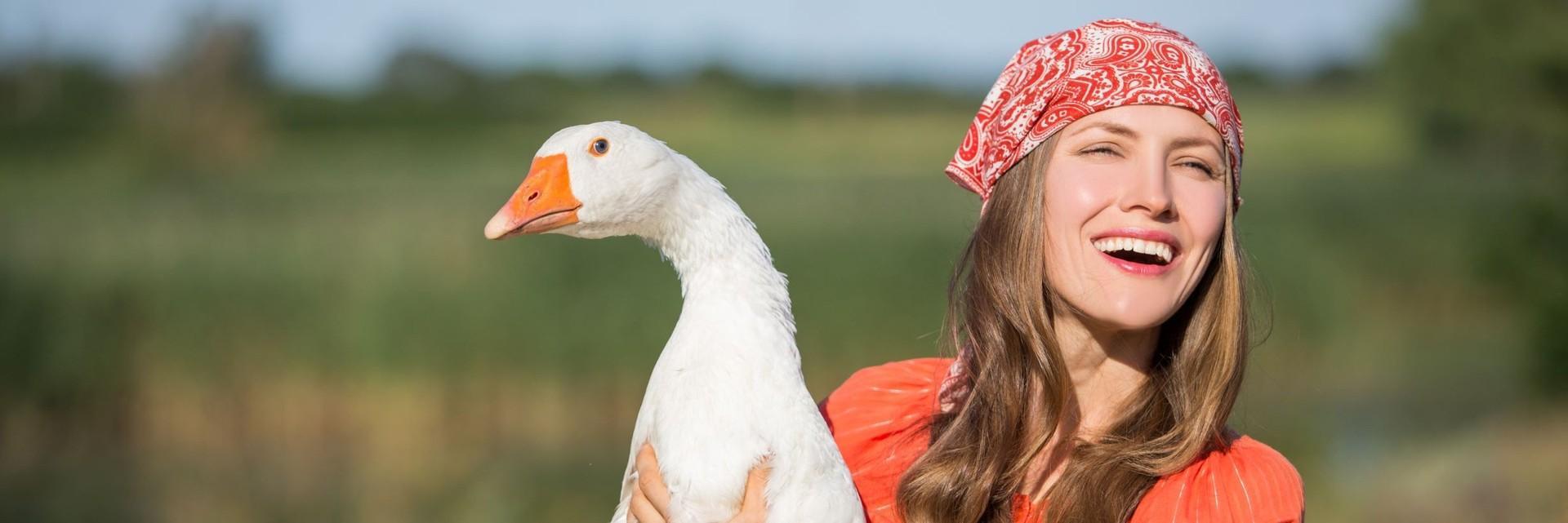 Une femme avec une oie