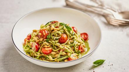 Zucchini-Spaghetti an Basilikumsauce