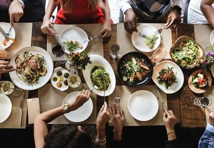 Essen auf einem Tisch im Restaurant