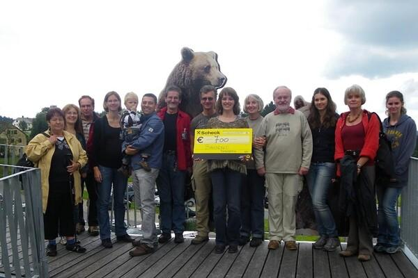 Group picture of Mrs. Raphaela Müller and her friends with donation