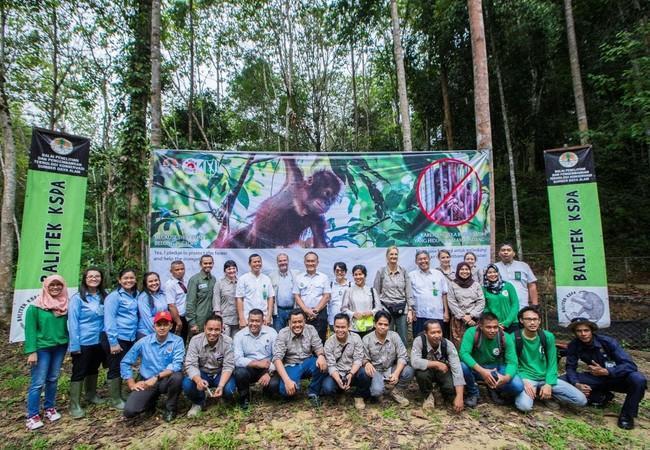 Groepsfoto bij de openingsceremonie van de ORANG-OETAN WOUDSCHOOL. Met BKSDA Saminda, Balitek KSDA Samboja, Yayasan Jejak Pulang en vertegenwoordigers van VIER VOETERS