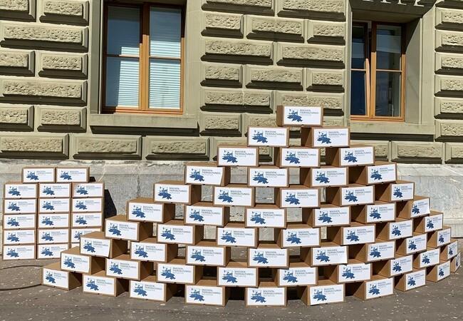 Kartons mit Unterschriften der Initiative gegen Massentierhaltung