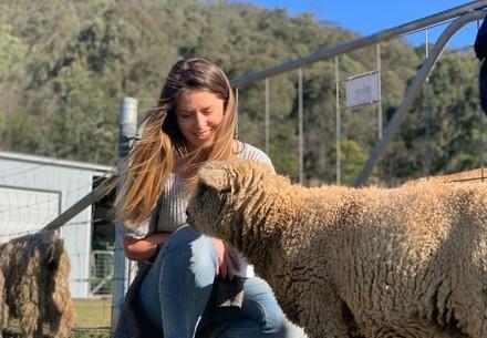 Une femme et un agneau