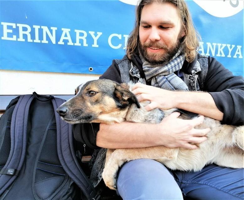 куче Мръвка с новия си осиновител
