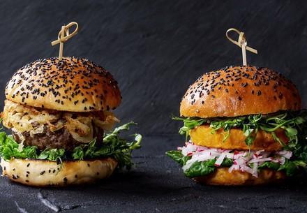 Fleischburger neben pflanzlichem Burger