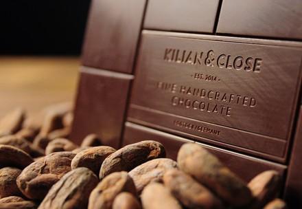 Tafel Schokolade mit Kakaobohnen
