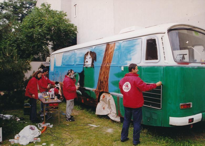 Josef Pfabigan beim Umbau des ehemaligen Polizeibusses zur mobilen Streunerklinik (1999)
