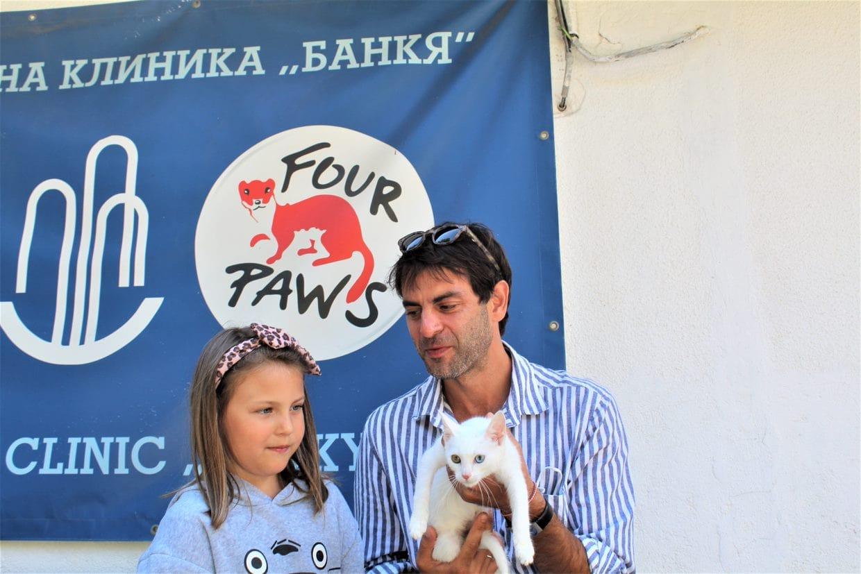 Коте Ниеве с новите си осиновители