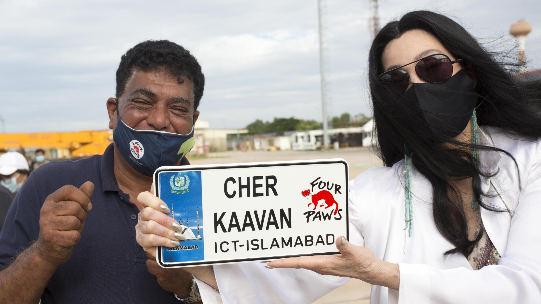 Cher und Amir während Kaavan Rettung
