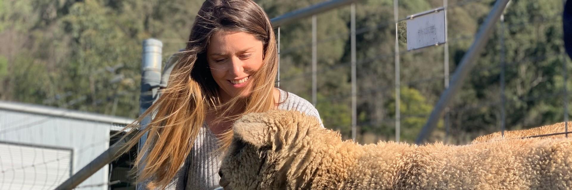 Frau mit Schaf