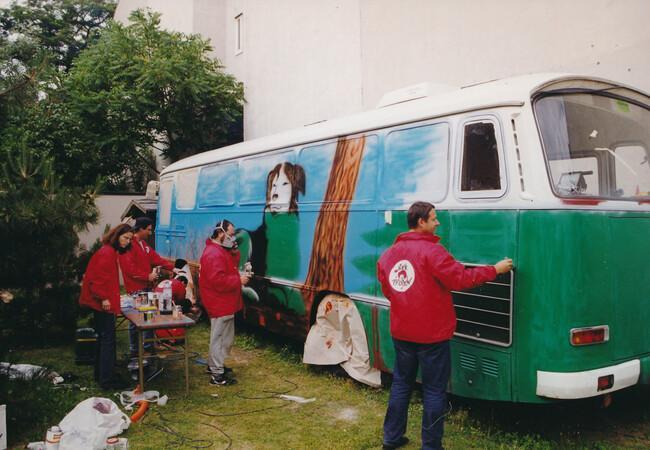Josef Pfabigan beim Umbau des ehemaligen Polizeibusses-