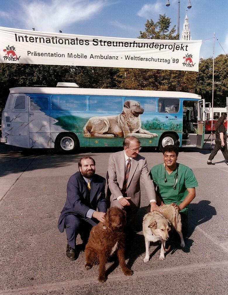 Am Welttierschutztag 1999 wird das Pilotprojekt von Heli Dungler und Amir Khalil in Wien präsentiert