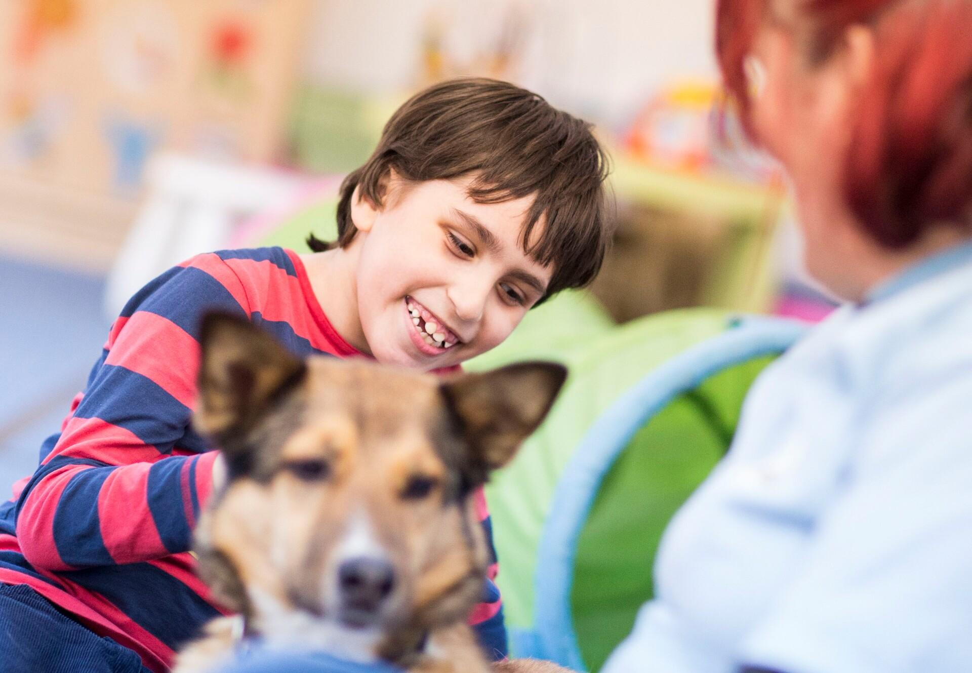 Kind mit Therapiehund