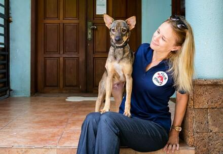 Dr. Katherine Polak avec un chien heureux