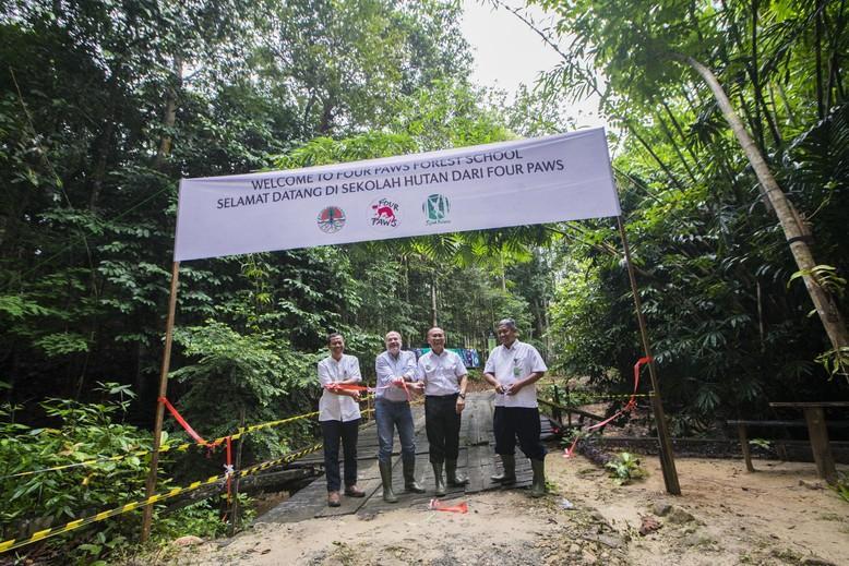 L'ouverture de l'école avec Ahmad Gadang (Balitek), Heli Dungler (QUATRE PATTES), Saurip Kadi (ministère des forêts) et Sunandar (BKSDA).