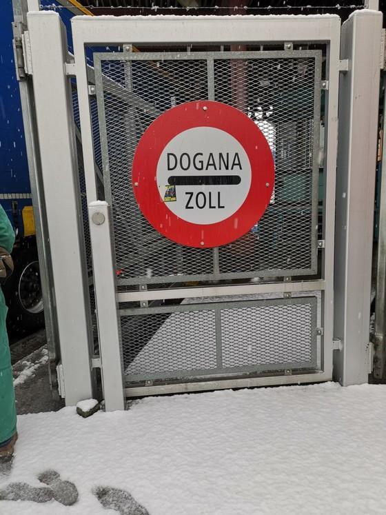 Am Zoll in der Schweiz angekommen