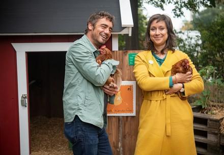 Landwirt und Mitarbeiterin von VIER PFOTEN kümmern sich um Hühner