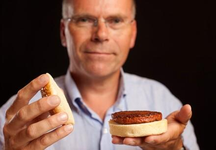 Dr. Mark Post mit Clean Meat Burger