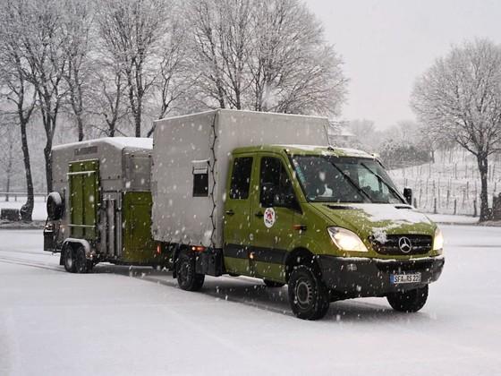 Der Lastwagen erreicht die Schweiz im Schneegestöber